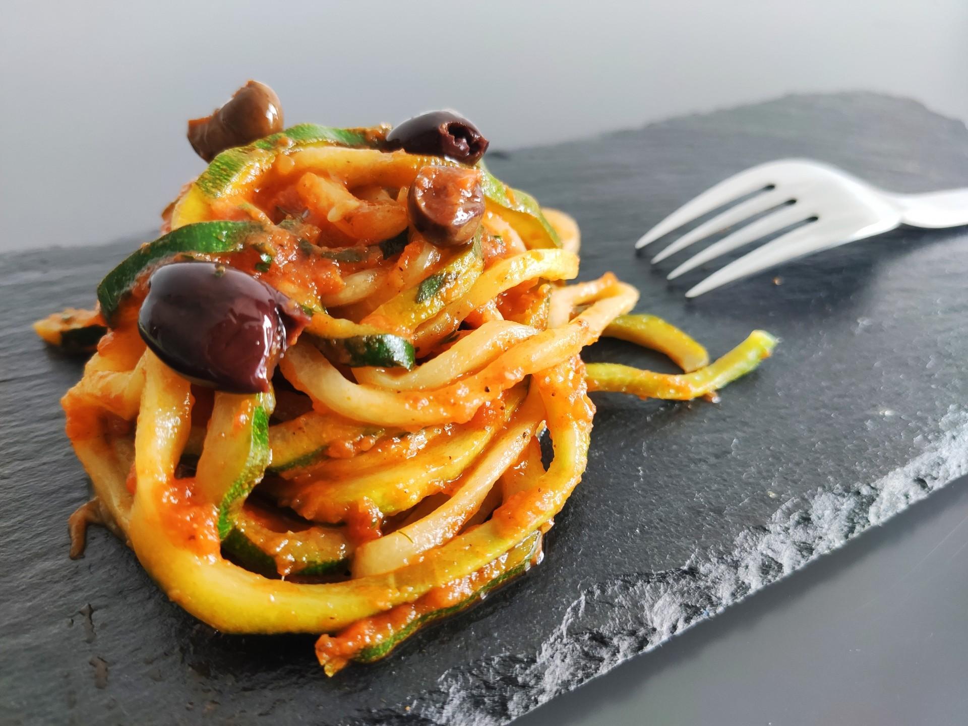 Zoodles in Tomatensoße