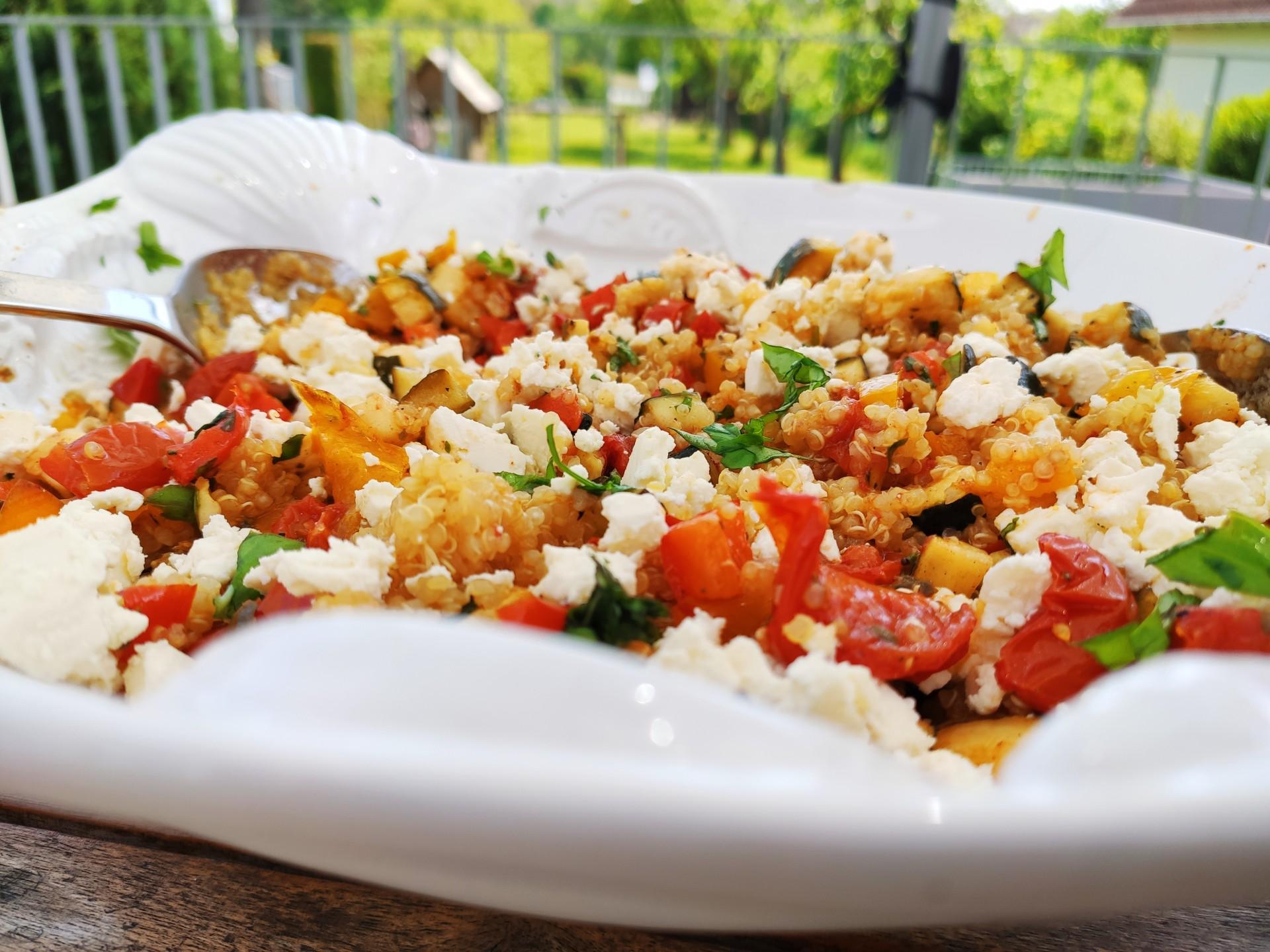 Quinoa – Salat mit Ofengemüse und Feta