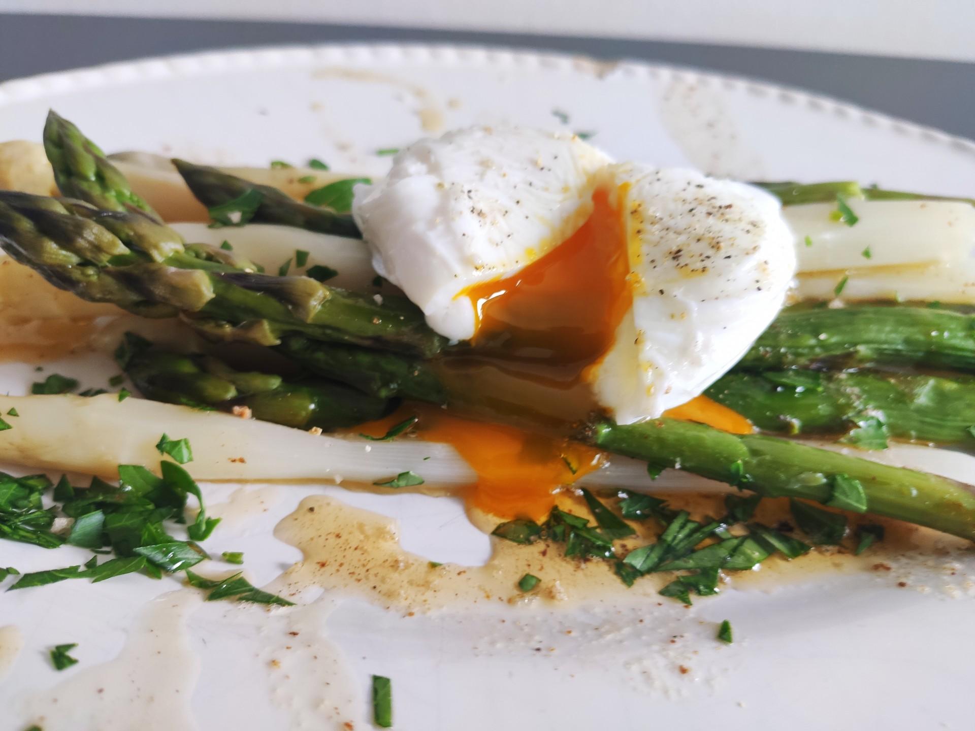 Spargel mit pochiertem Ei und gebräunter Butter