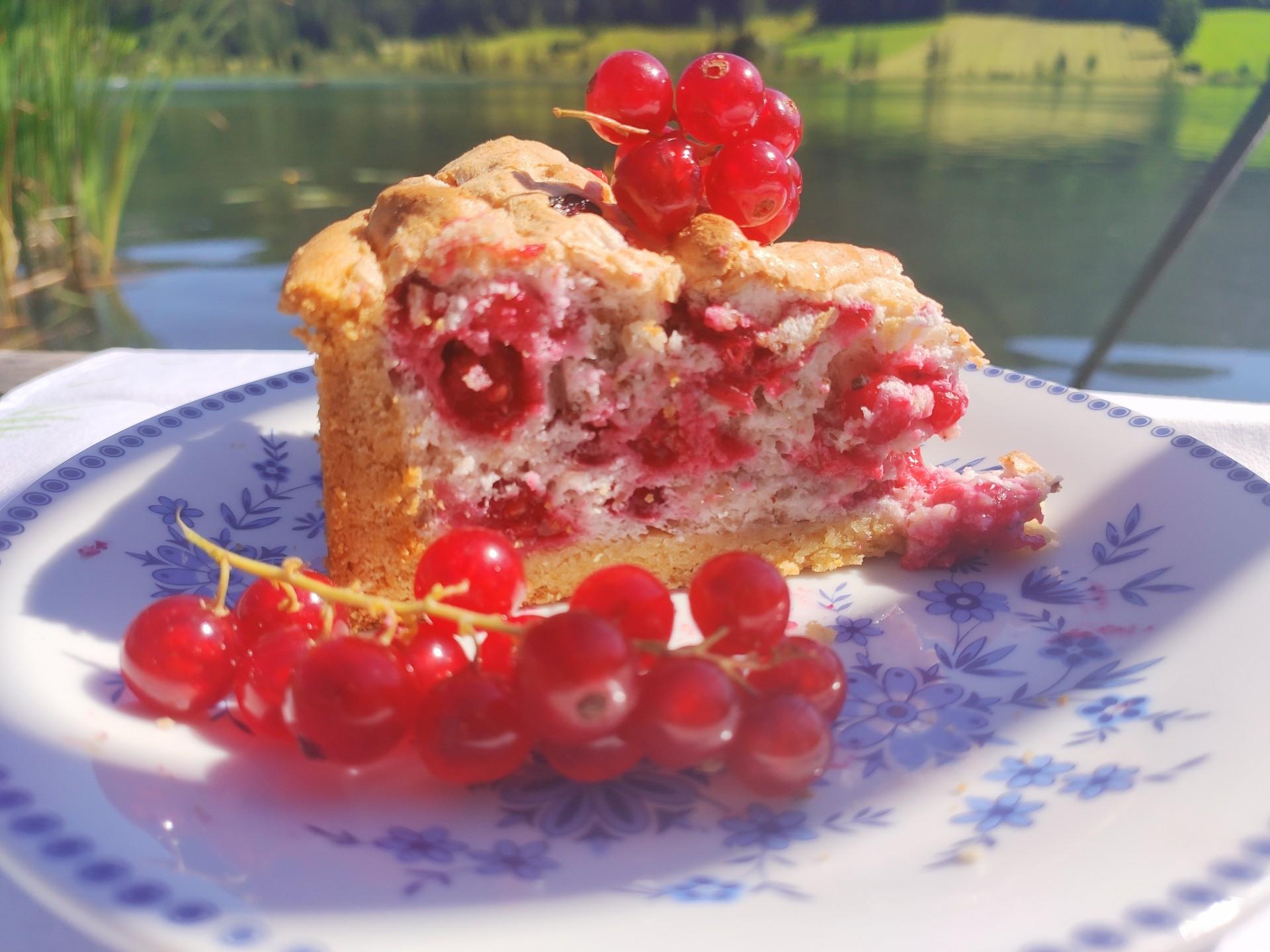 Johannisbeer Kuchen mit Mandelbaiser